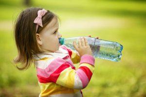 águafil_criança bebendo água